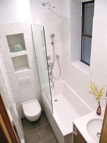 Les meubles surélevés de cette mignonne petite salle de bain blanche permettent de faire de la place au sol et de dégager l'espace pour un espace pratique et déco !