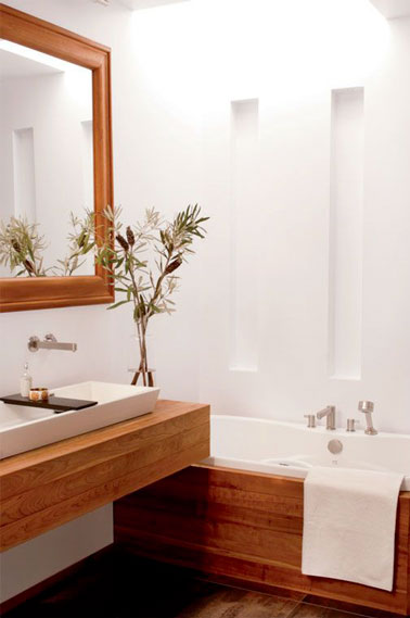 une petite salle de bain d co blanche et bois. Black Bedroom Furniture Sets. Home Design Ideas