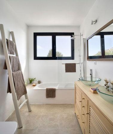 Les couleurs naturelles font la déco dans cette petite salle de bain meublé avec le strict minimum, une baignoire, un meuble de rangement et une échelle, pour un espace maximisé !