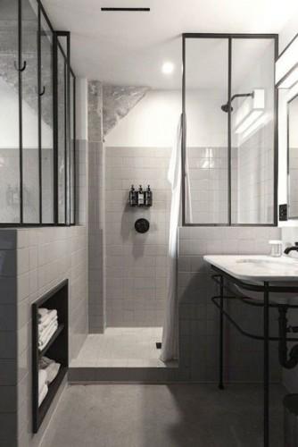 Une petite salle de bain r tro avec une verri re int rieure for Petite verriere interieure