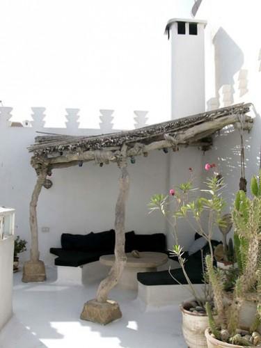 une petite terrasse am nag e sous un auvent d co. Black Bedroom Furniture Sets. Home Design Ideas