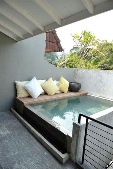 Calme absolu et farniente au programme sur cette jolie terrasse où un espace de repos décoré de coussins colorés a été aménagé au bord d'une petite piscine.