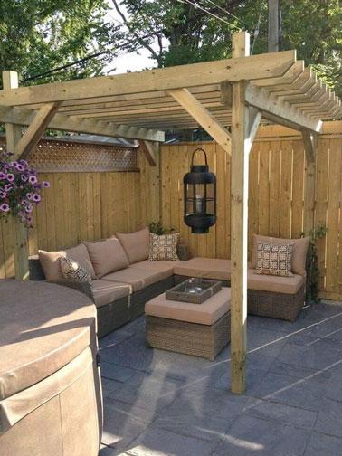 Petite terrasse d co avec pergola en bois et salon de jardin for Salon jardin petite terrasse