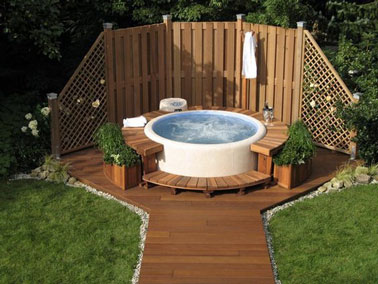 une piscine hors sol esprit spa avec bancs de jardin en teck. Black Bedroom Furniture Sets. Home Design Ideas