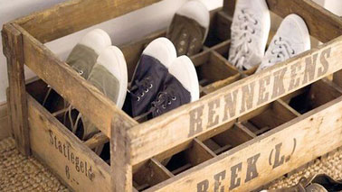 un rangement pour chaussures avec des caisses en bois. Black Bedroom Furniture Sets. Home Design Ideas