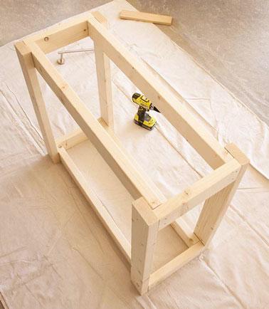 Après avoir fixés les tasseaux pour les pieds de la desserte de jardin sur chaque extrémité des deux cadres, obtenez ce résultat là, un bloc de bois rectangulaire.