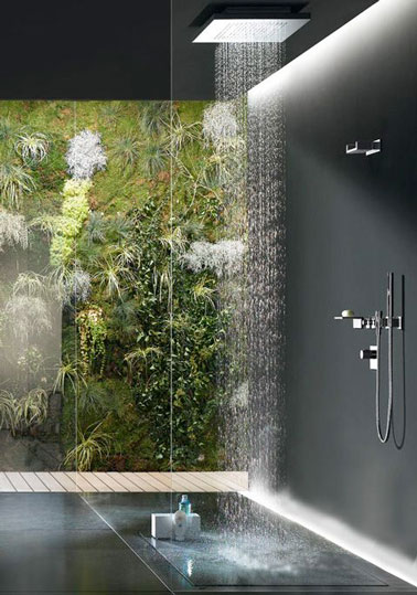 Total look béton ciré dans cette salle de bain design ! Avec vue sur l'extérieur et son pommeau pluie tropicale , on passerai des heures sous cette douche italienne