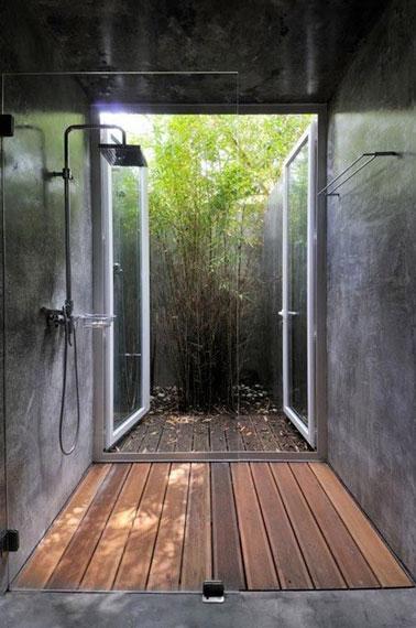 La relaxation est assurée dans la douche italienne de cette salle de bain. Une déco tournée vers la nature et le bois pour un espace idéal ouvert sur l'extérieur