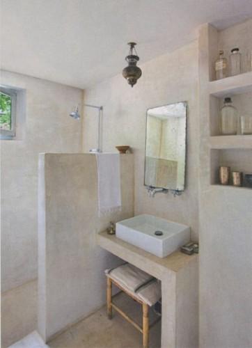 Du stuc gris en rev tement mural dans une petite salle de bain Salle de bains les idees qu on adore