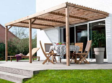 une terrasse avec pergola en bois devant la maison. Black Bedroom Furniture Sets. Home Design Ideas
