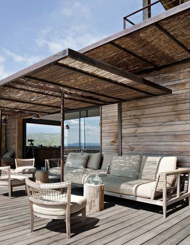 une terrasse en bois avec une pergola en fer forg et canisses. Black Bedroom Furniture Sets. Home Design Ideas