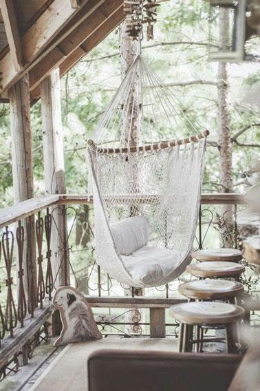 Confortable et prenant les formes du corps, ce fauteuil suspendu au style hamac n'attend plus que vous sur la terrasse total look bois pour moment de repos !