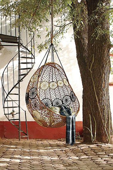 Suspendu à un arbre sur la terrasse d'un jardin provençal, ce fauteuil en forme d'oeuf assure des moments détente pendant la belle saison à l'ombre des feuilles