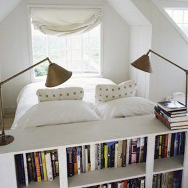 t te de lit biblioth que dans une petite chambre blanche. Black Bedroom Furniture Sets. Home Design Ideas