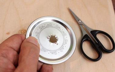 Pour le lampion de jardin, introduire un manchon de cuivre dans le trou qui permettra de faire passer la mèche. Manchon de cuivre disponible dans les rayons plomberie.