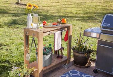 Aménager une desserte de jardin en bois sur la terrasse, voilà le mobilier idéal à faire soi-même pour des moments conviviaux, lors des apéros ou des barbecues.