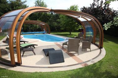 Pour souligner l'élégance de votre extérieur et bénéficier d'une température agréable de l'eau de la piscine, voilà un abri de piscine en bois pratique et déco