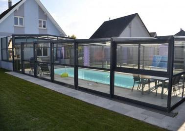 Pour une piscine ouverte sur l'extérieur quand vous le souhaitez, l'abri de piscine télescopique est un allié de taille pour conserver une température agréable de l'eau toute l'année !