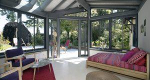 Quelle bonne idée d'aménager la chambre parentale dans la véranda ! Une pièce lumineuse ouverte sur le jardin où l'intimité est préservée pour un espace féérique