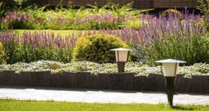 Faites le plein d'idées déco afin d'aménager votre jardin joliment ! Des bordures originales pour délimiter les espaces et embellir votre extérieur en un clin d'oeil !