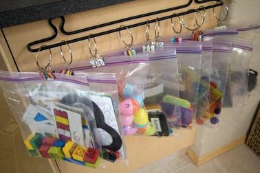 Astuce rangement pour les petits jouets dans la salle de - Astuce deco pour agrandir une piece ...