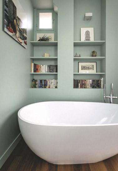 une baignoire lot dans une petite salle de bain vert pastel