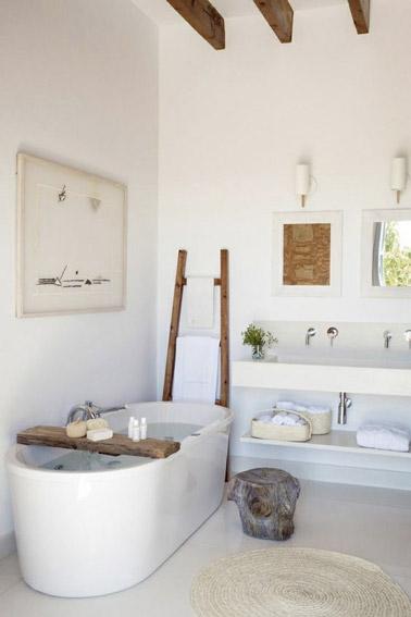 Une baignoire lot dans une salle de bain zen for Peinture baignoire resinence