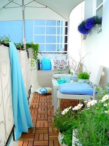 Quoi de plus agréable que de prélasser sur le balcon sans être gêné par des regards extérieurs ? Grâce à un brise vue en toile et un parasol c'est possible !