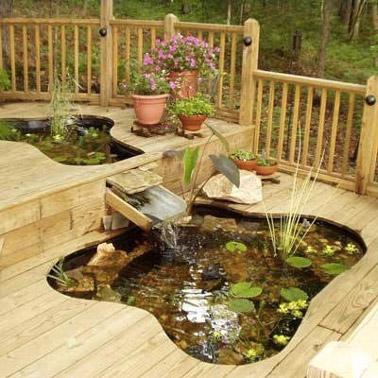 Aménagée sur deux niveaux de la terrasse en bois de la maison, ce joli bassin ne manque pas d'embellir la déco extérieure et apporte une ambiance de détente