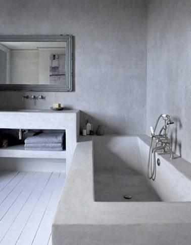 Du b ton cir sur les murs d 39 une salle de bain avec - Beton cire sur mur salle de bain ...