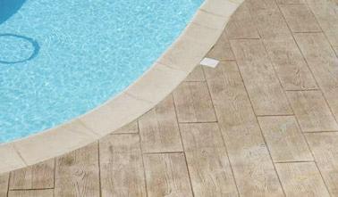 Pour joliment mettre en valeur la piscine, on a opté pour du béton imprimé sur le sol ! Une finition bois qui ne manquera pas d'embellir la déco extérieure !
