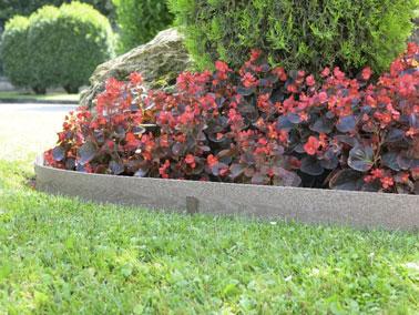 Une bordure composite imitation bois pour la déco du jardin |
