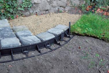 Idéale pour délimiter de manière invisible des espaces, cette bordure enterrée fera votre bonheur dans le jardin pour embellir l'aménagement et la déco !