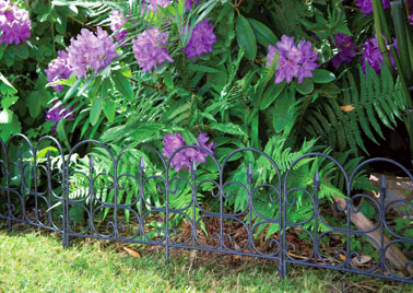Style classique dans le jardin grâce à une bordure en plastique imitation fer forgé ultra élégante. Une déco extérieur structurée pour un jardin agréable !