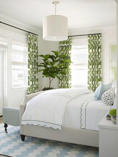 Les rideaux ne manquent pas d'apporter leur petite touche d'originalité à la chambre ! La preuve ici avec une déco 100% nature jusqu'au bout des rideaux verts et blancs !