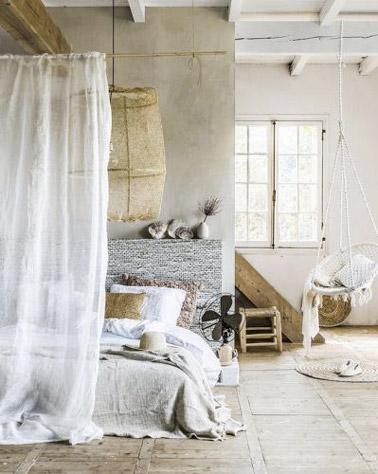 Voilà une déco inspirée de couleurs naturelles qui ne manquent pas d'apporter une ambiance chaleureuse à cette chambre parentale où le lit adopte les voilages
