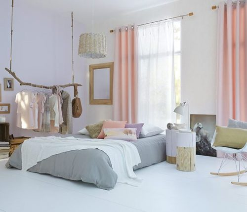 Rien ne vaut la douceur d'une chambre parentale à la déco scandinave où les rideaux sont roses pastel combinés à un voilage blanc pour filtrer la lumière !