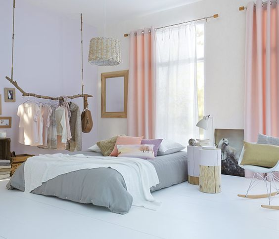 Chambre Scandinave Avec Rideaux Rose Pastel Et Voilage Blanc |