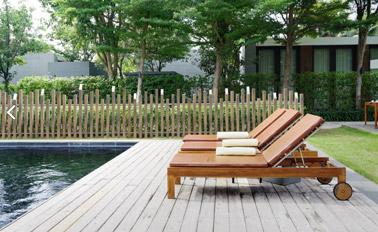 Style et originalité assurée pour cette clôture qui combine des lisses de différentes tailles ! Une déco extérieure déstructurée moderne et design autour de la maison