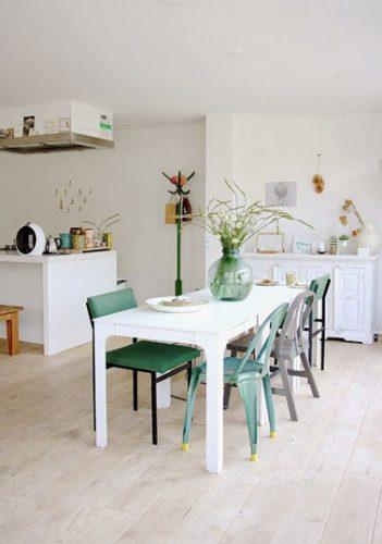 Des murs peints de couleur lin clair et du parquet flottant pour cette cuisine ouverte ultra agréable ! Pour la déco, des touches de couleurs pastel et le tour est joué