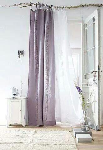 chambre aux rideaux blancs et parme sur branche de bois flott. Black Bedroom Furniture Sets. Home Design Ideas