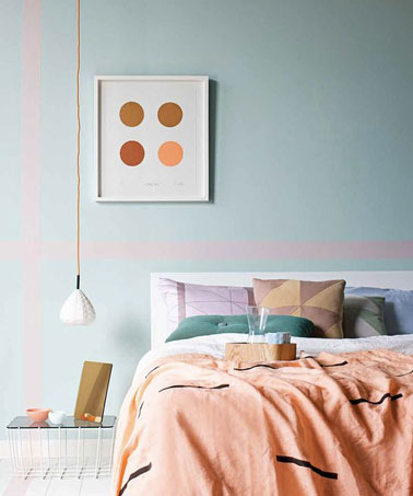 Une chambre à la déco douce qui promet des moments de détente ! Bleu vert et rose pastel sur les murs se marient joliment aux coussins et à la parure de draps