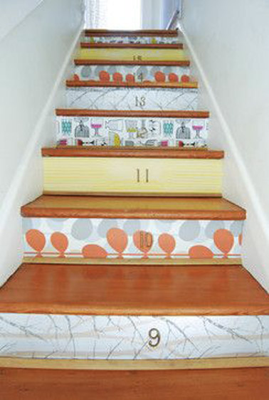 On mise sur les couleurs vives dans les escaliers grâce à des lés de papiers peints collés sur les contremarches pour une déco originale qui en jette !