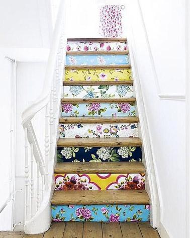 Les murs blancs font un joli contraste avec les contremarches qui ont été décorées de papier peint ! Des motifs colorés et fleuries pour un escalier pétillant
