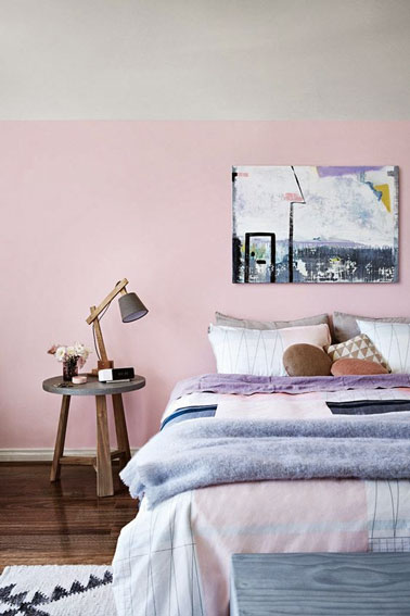 On craque à coup sur pour la déco aux tons de rose, bleu ciel et parme de cette chambre ultra romantique. Ambiance douce et sereine pour un espace tendre !