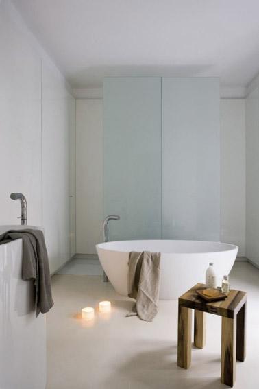 Décoration scandinave et ultra épurée dans cette salle de bain blanche relaxante aménagée avec une baignoire îlot qui ne manque pas d'élégance et de classe !