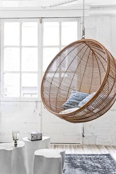 Pour se balancer en douceur tout en se reposant ou en bouquinant, voici un beau fauteuil suspendu en rotin soulignant la déco cosy du salon. Ultra original !