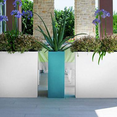 Voilà une astuce incontournable pour délimiter votre espace extérieur sur la terrasse par exemple ! Il vous suffit d'utiliser de grands pots déco et le tour est joué !