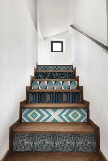 Dans un escalier sobre, rien de mieux que de relever la déco avec du papier peint sur les contremarches ! Ici les motifs géométriques colorés sont à l'honneur !