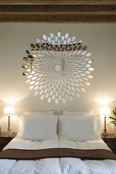 Fragments de miroirs l 39 effet d co dans une chambre parentale - Meuble au dessus du lit ...